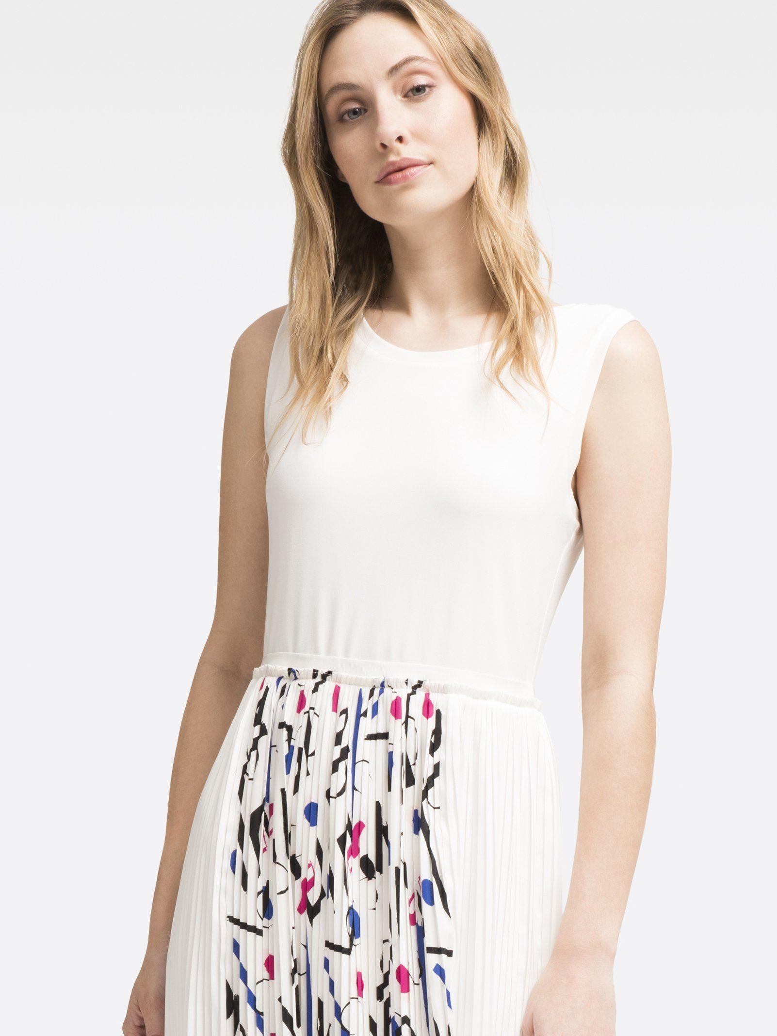 Приталенное платье-миди с плиссированной юбкой от DKNY